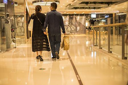 商场恩爱夫妻温馨购物图片