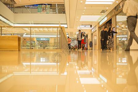 商场夫妻情侣商场逛街图片