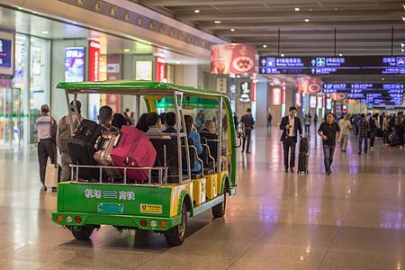 旅游度假游客运输车旅行箱图片