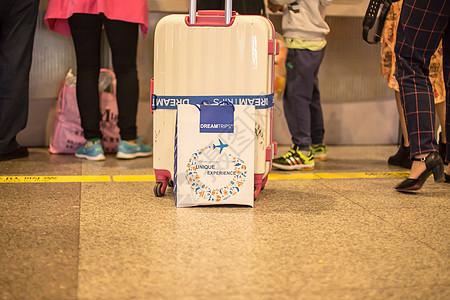 旅游度假游客旅行箱纸袋图片