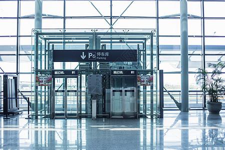 机场航站楼电梯指示牌图片