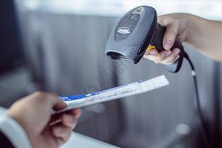 特写机场机票手扫码枪图片