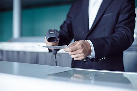 特写商务男人手扫码枪机票图片
