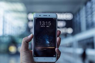 商务男人手机时间图片