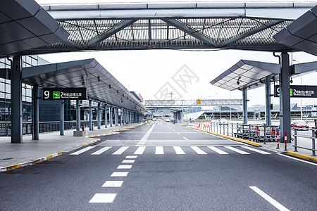机场航站楼大气设施斑马线图片