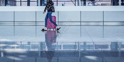 放假女人倒影休闲服装旅游图片