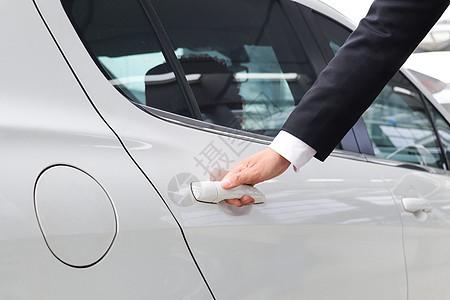 商务旅行商务用车开车门图片