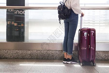 拉着行李箱去远行图片