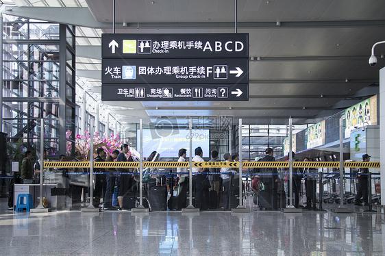 出行旅客机场等候安检图片