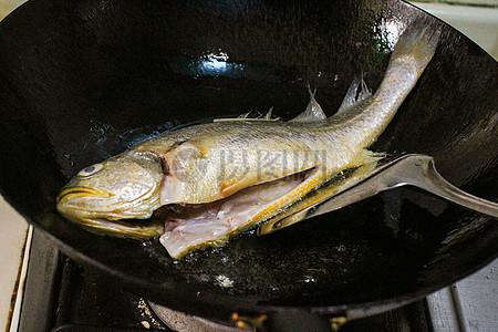 下锅的黄鱼图片