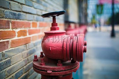 排列的消防栓图片