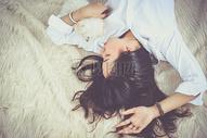 躺在在床上的女孩图片