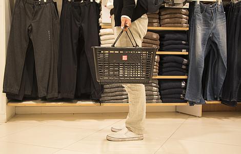 男子商场内消费购物图片