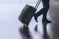 旅客波点行李箱机场出发图片