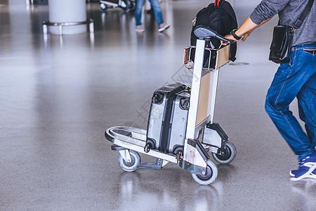 机场旅客行旅托运图片