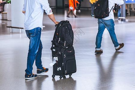 旅客拉行李箱机场出发图片