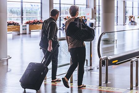 旅客拉行李箱机场出行图片