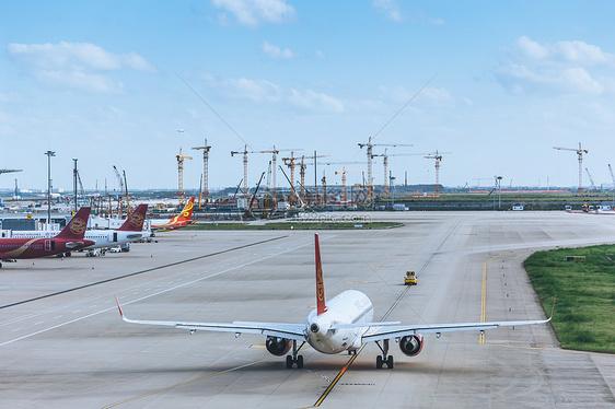 跑道上准备起飞的飞机图片