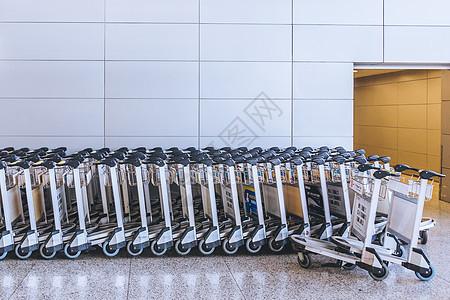 排列整齐的行李手推车图片