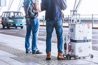 机场等候的士的旅客图片