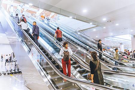 乘坐电梯手扶梯的人们图片