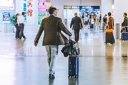 推着行李箱走路的男生图片