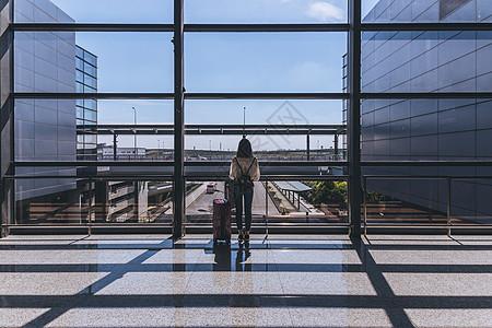 机场拉着行李箱的女生背影高清图片