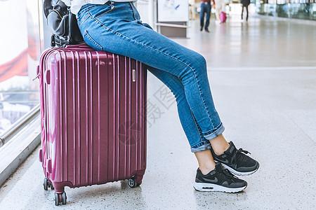 坐在行李箱上的女生图片