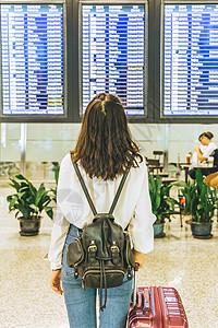 出行游客机场看航班提示器图片