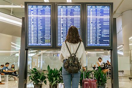 旅客查看机场航班显示表图片