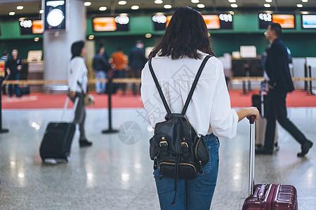 女生旅行机场候机图片