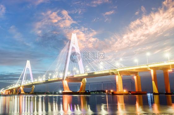 云层下的跨海大桥图片