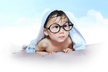 带着眼镜的孩子图片