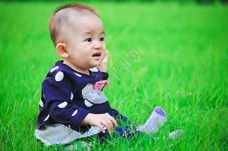 坐在草丛中的宝宝图片