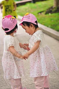双胞胎手牵手玩耍图片