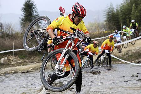 山地车比赛选手的拼搏图片