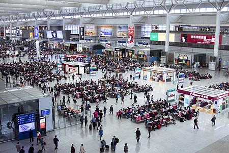 火车站大厅等候的人群图片