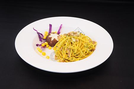 白色盘子蘑菇金枪鱼蔬菜意大利面图片