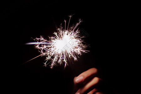 夜空中的焰火 仙女棒 手持烟花图片