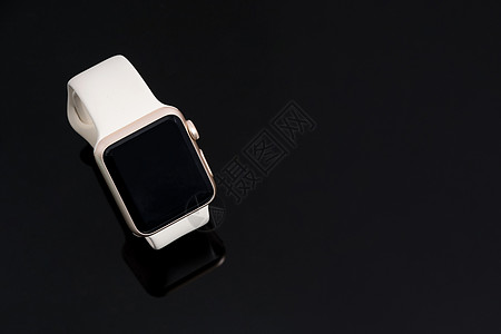 黑色背景白色智能手表拍摄图片