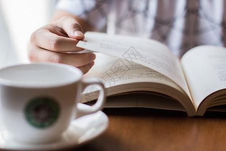 周末悠闲的边喝咖啡边阅读图片