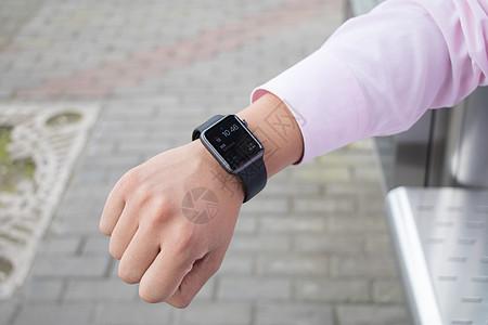 商务等候查看智能手表图片