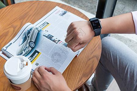 咖啡店使用智能手表图片