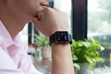 戴着智能手表正在思考的男子图片