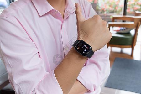 商业人士智能手表点赞手势图片