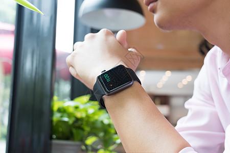戴着智能手表的商务男士图片