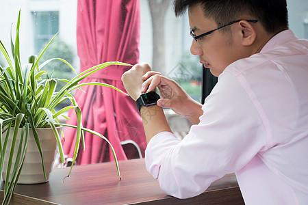 咖啡店里看智能手表图片