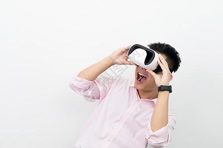 双手扶VR眼镜使用操作图片