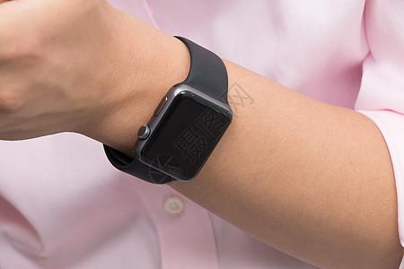 商务人士手戴智能手表图片