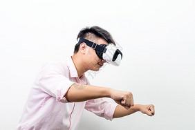 虚拟现实VR摩托车骑行侧拍图片